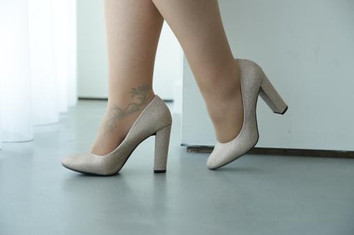 wide fit gold glitter schoenen via New Look