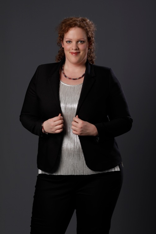 close up plus size zwarte blazer en zilveren top van MS mode