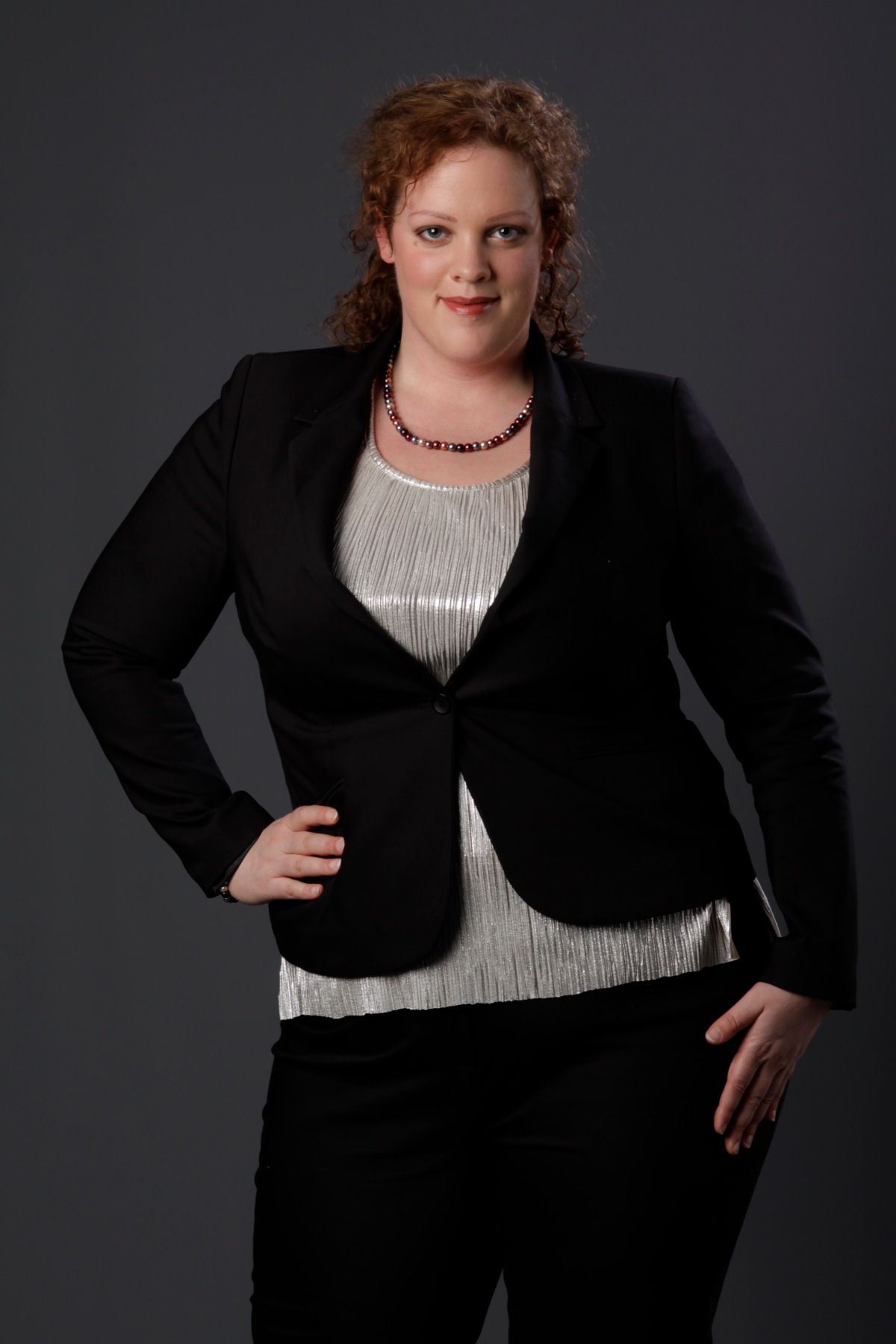 close up plus size zilvren top en zwarte blazer van MS mode